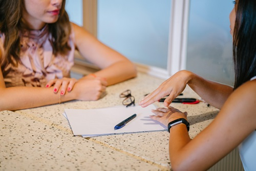 two woman chatting about the art to make your skills stand out in a job interview